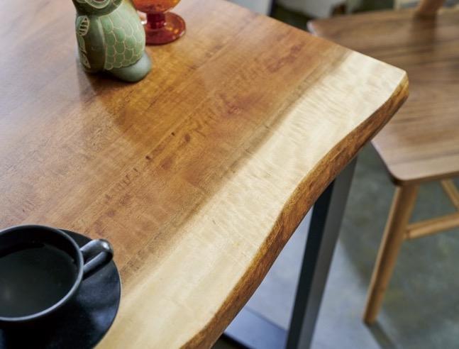 お部屋に個性をプラスする程よいビンテージテイストなダイニングテーブル